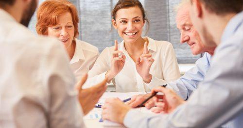Frau und Kollegen im Business Team zusammen im Consulting Meeting